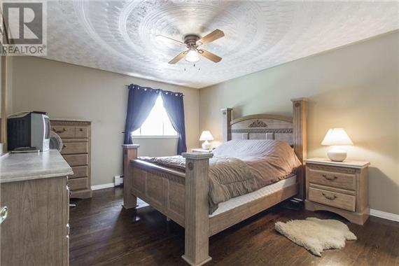 http://cdn.canadapropertylisting.com//Property/medium/2/2016/9/9/4-bedroom-House-property_for_sale-in-Kitchener-id-4927974.jpg